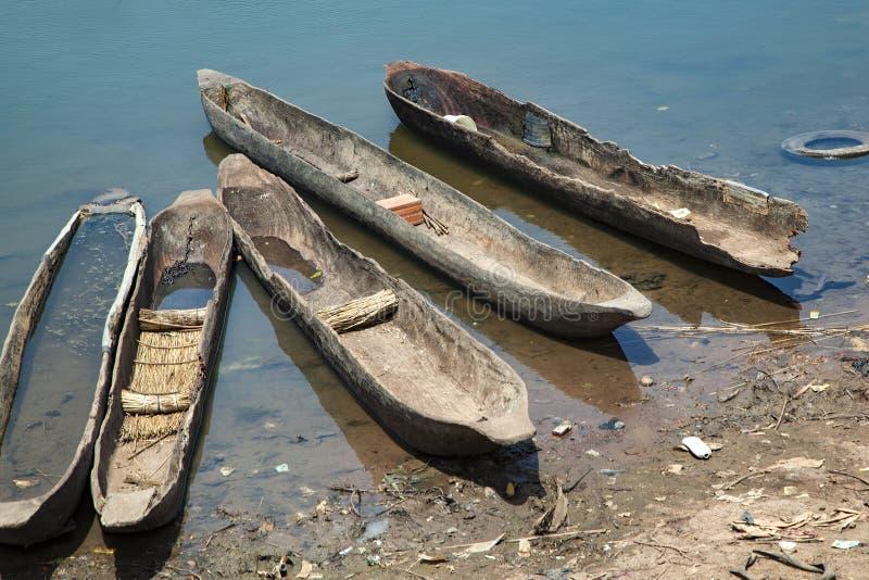 Vecchie canoe di legno immagine stock
