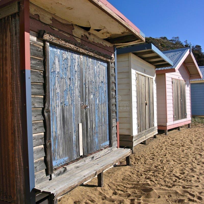 Vecchie capanne stagionate della spiaggia immagini stock libere da diritti
