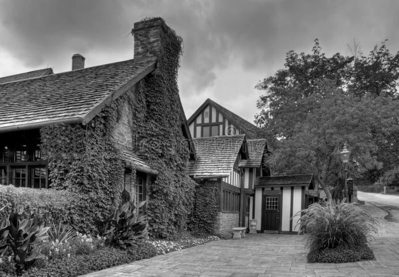 Vecchie case del villaggio in in bianco e nero fotografia stock libera da diritti