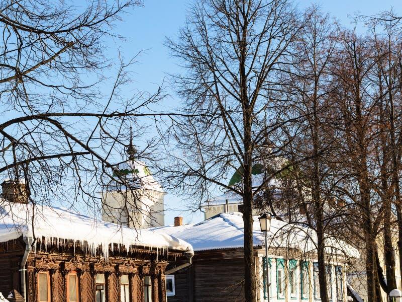 vecchie case di legno urbane sulla via in Suzdal' immagine stock