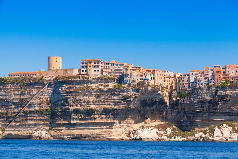 Vecchie case e fortezza sulla scogliera Bonifacio, Corsica fotografie stock
