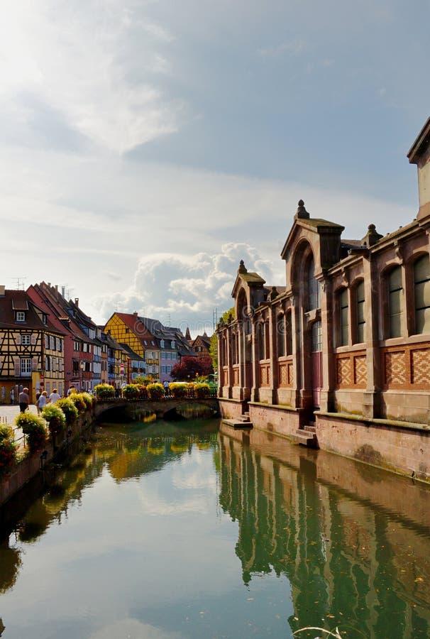 Vecchie case e riflessioni dell'acqua a Colmar fotografia stock