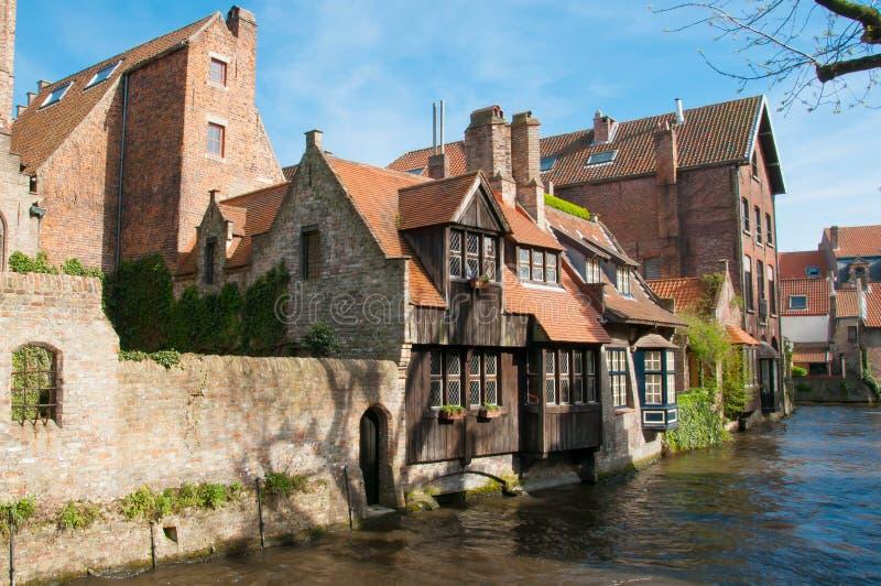 Vecchie case lungo i canali di Bruges, Belgio immagine stock libera da diritti