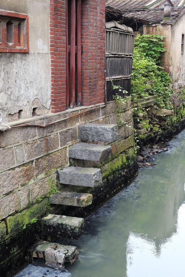 Vecchie case lungo il piccolo fiume fotografie stock libere da diritti