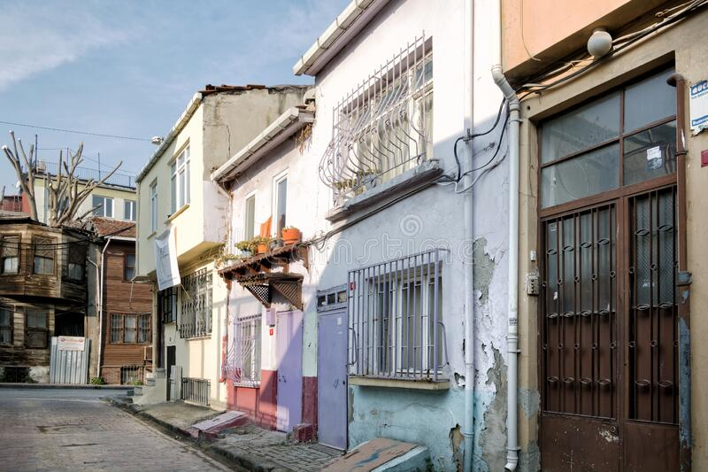 Vecchie case nella storica zona di Fatih a Istanbul immagine stock