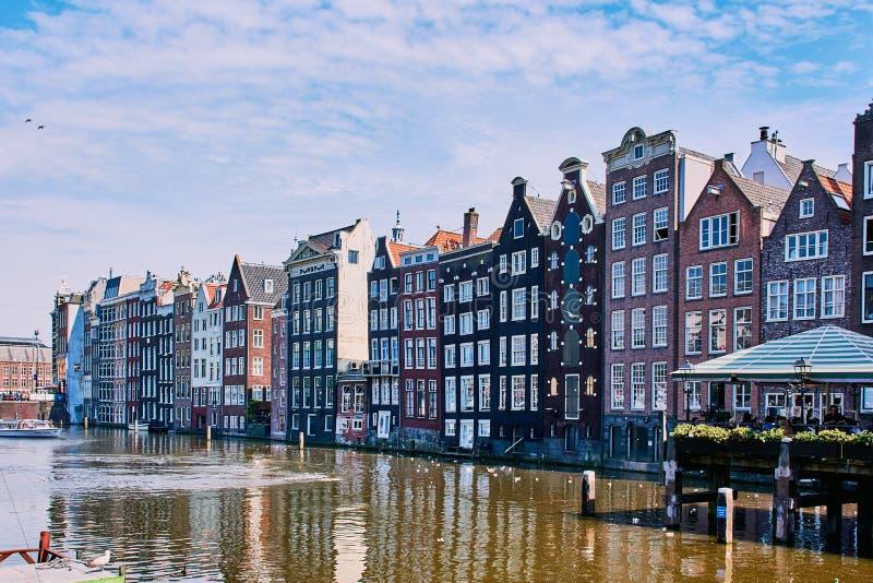 Vecchie case storiche a Amsterdam accanto ad un canale immagine stock