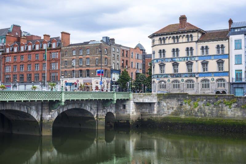 Vecchie case su un fiume della banchina nel centro storico di Dublino fotografia stock