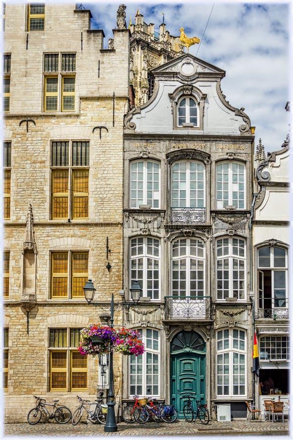 Vecchie case sul grande quadrato in Malines, Belgio del mercato fotografia stock libera da diritti