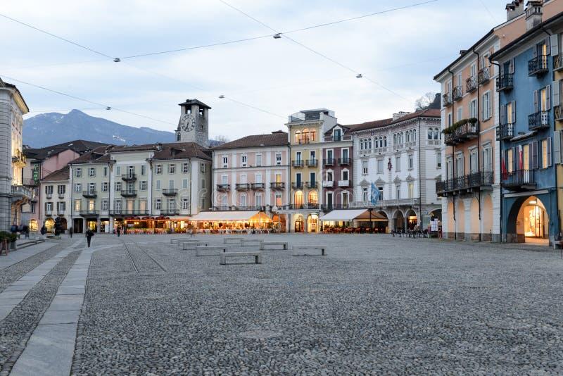 Vecchie case sul quadrato grande della piazza a Locarno immagini stock