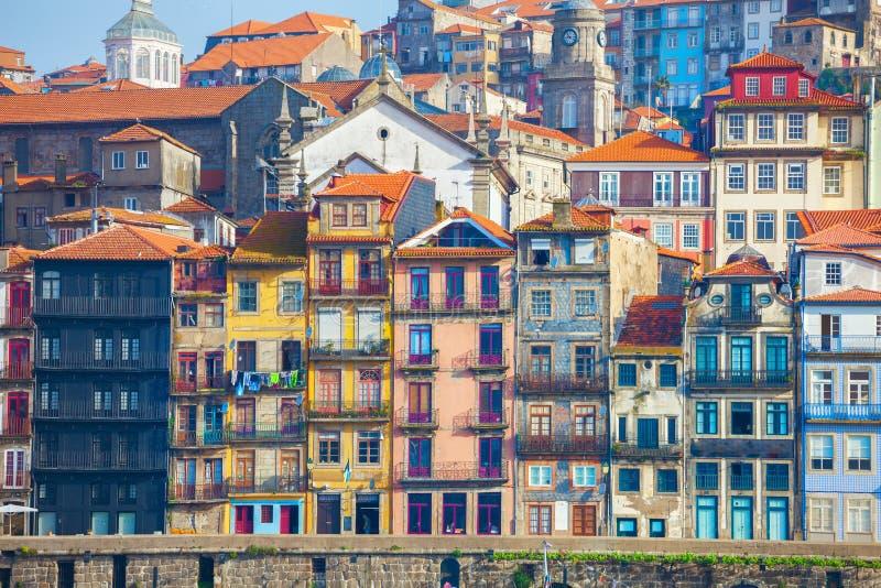 Vecchie case tipiche con le facciate variopinte al distretto di Ribeira, Oporto, Portogallo immagine stock