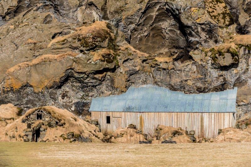 Vecchie, case tradizionali del tappeto erboso a Drangurinn in Drangshlid, Islanda immagine stock