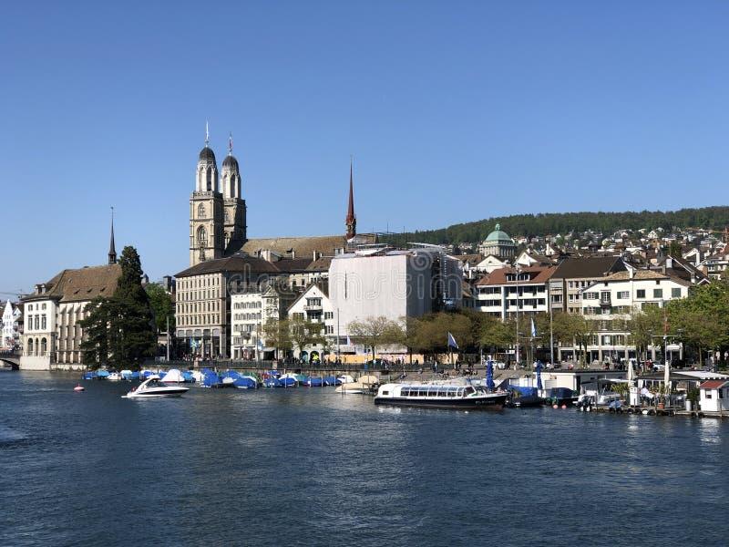 Vecchie case tradizionali ed edifici residenziali lungo il fiume Limmat nella citt? di Zurigo fotografia stock