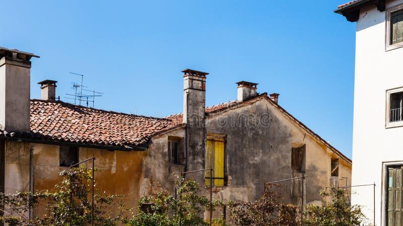 Vecchie case urbane residenziali nella città di Vicenza fotografia stock libera da diritti