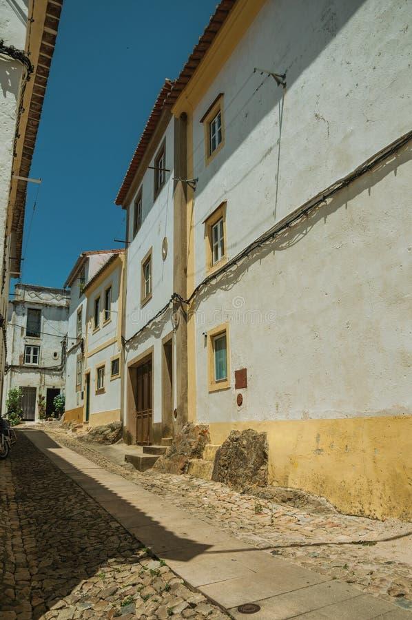 Vecchie case variopinte con la parete imbiancata immagine stock