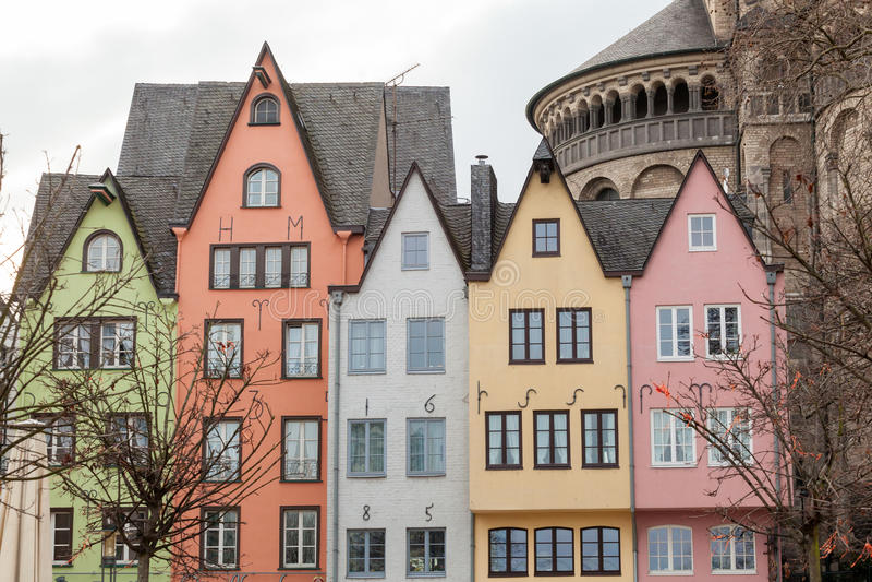 Vecchie case variopinte nella città Colonia, Germania immagine stock libera da diritti