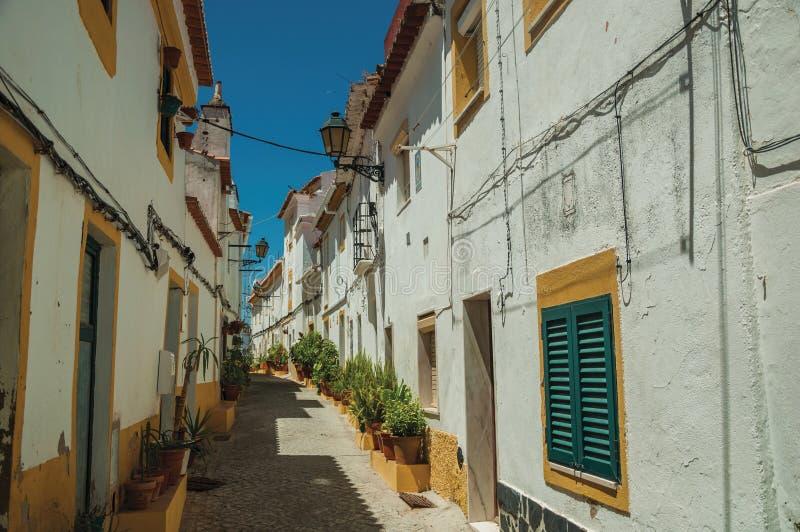 Vecchie case variopinte in un vicolo abbandonato a Elvas fotografia stock