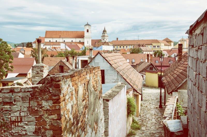 Vecchie case, vie e chiese nella città di Skalica, retro foto fi fotografia stock libera da diritti