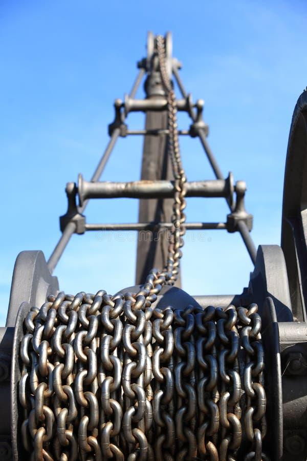 Vecchie catena e macchina arrugginite di industria della gru immagine stock