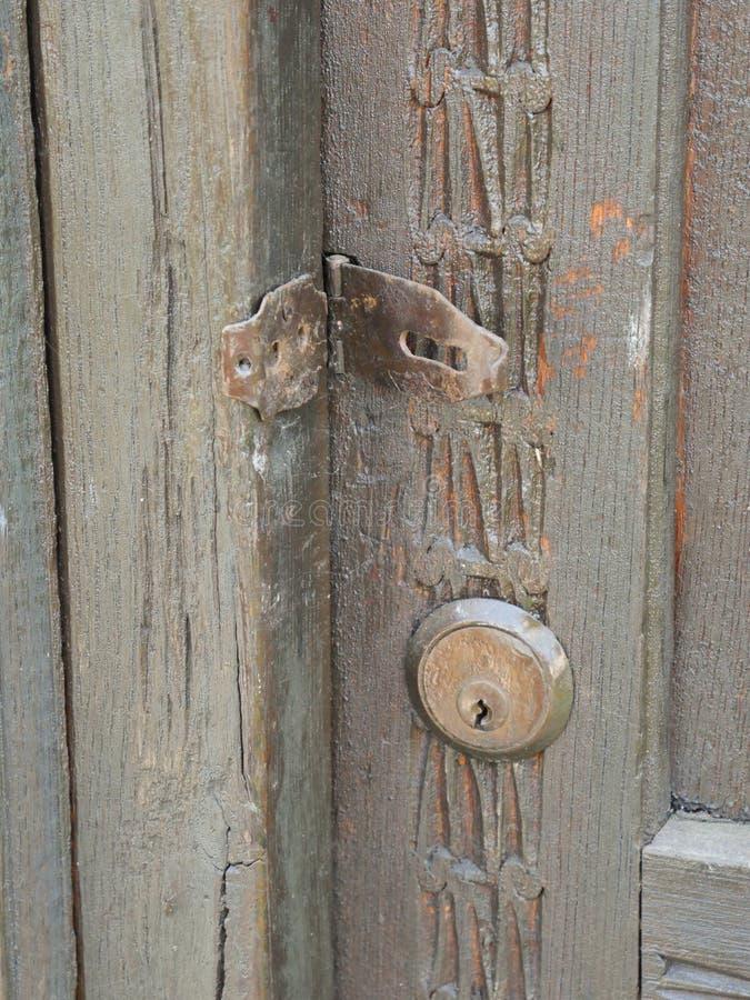Vecchie cerniera e serratura metalliche arrugginite immagine stock