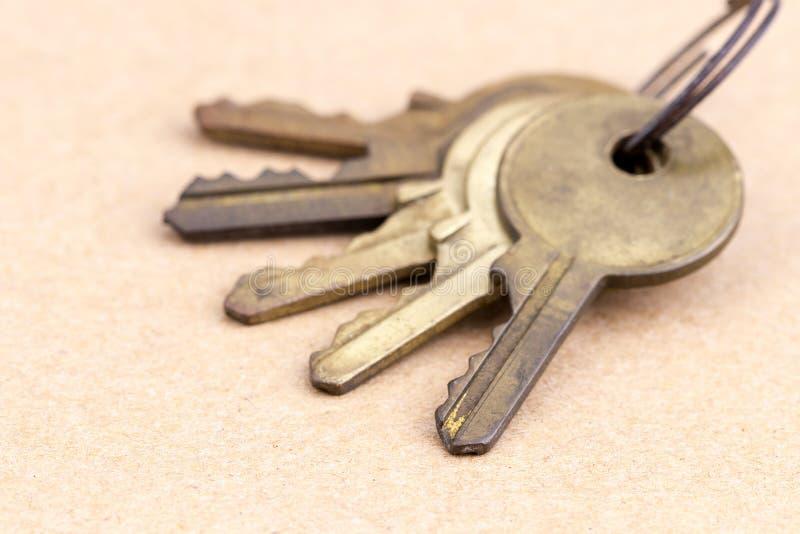 Vecchie chiavi d'ottone con la catena chiave fotografia stock libera da diritti
