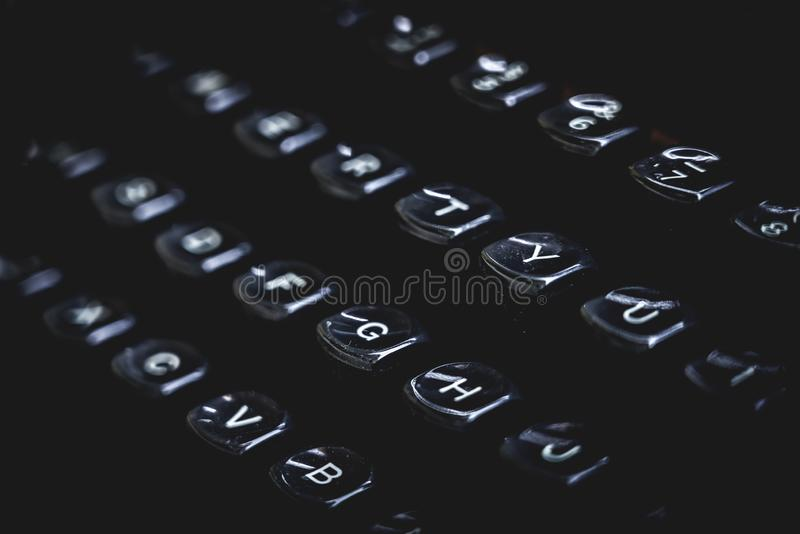 Vecchie chiavi e lettere della macchina da scrivere Concetto lunatico nero fotografia stock libera da diritti