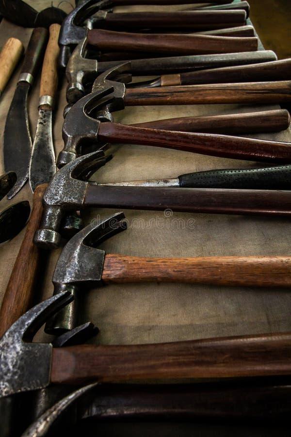 Vecchie collezioni d'annata dell'arma della forte maniglia di legno del martello fotografia stock