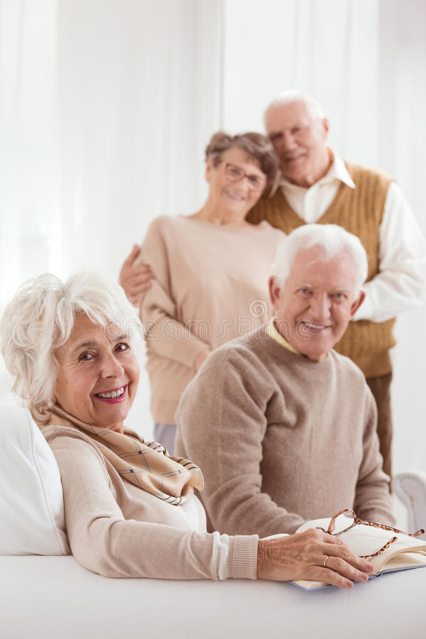 Vecchie coppie che godono del pensionamento fotografia stock libera da diritti