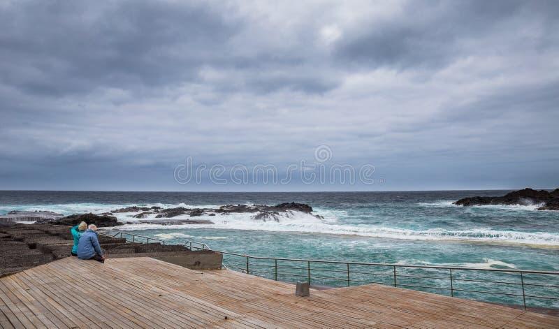 Vecchie coppie che guardano l'oceano, Mesa del Mar, Tenerife, isole Canarie, Spagna immagini stock