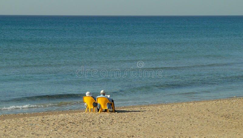 Download Vecchie Coppie Che Si Distendono Dal Mare Fotografia Stock - Immagine di sole, colto: 3139218