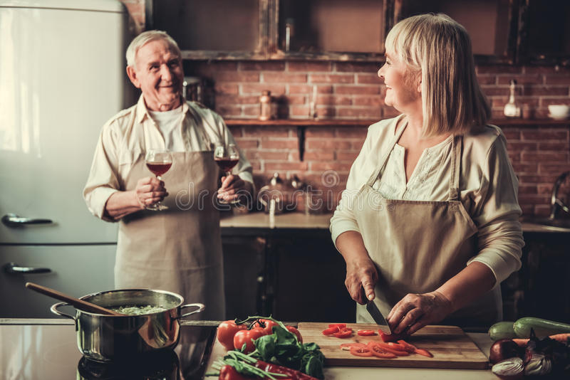 Vecchie coppie in cucina immagine stock libera da diritti