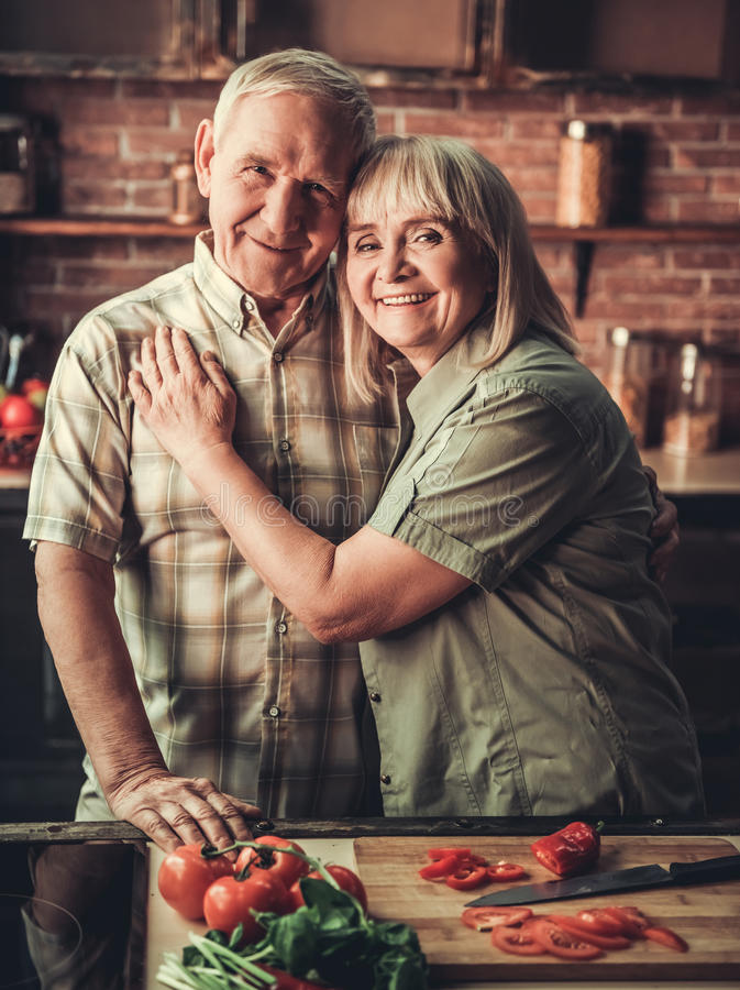 Vecchie coppie in cucina fotografia stock