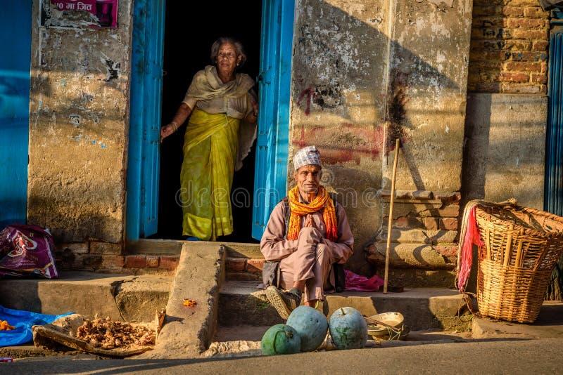 Vecchie coppie davanti alla loro casa a Kathmandu, Nepal immagini stock libere da diritti