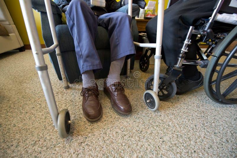 Vecchie coppie senior anziane nella casa di cura o nella vita di Assited