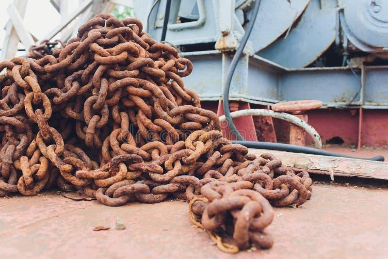 Vecchie corde della catena industriale, grandi catene arrugginite fotografia stock libera da diritti