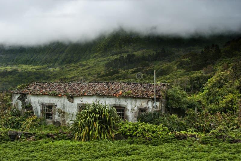 Vecchie costruzione e montagne dei flores, acores fotografia stock