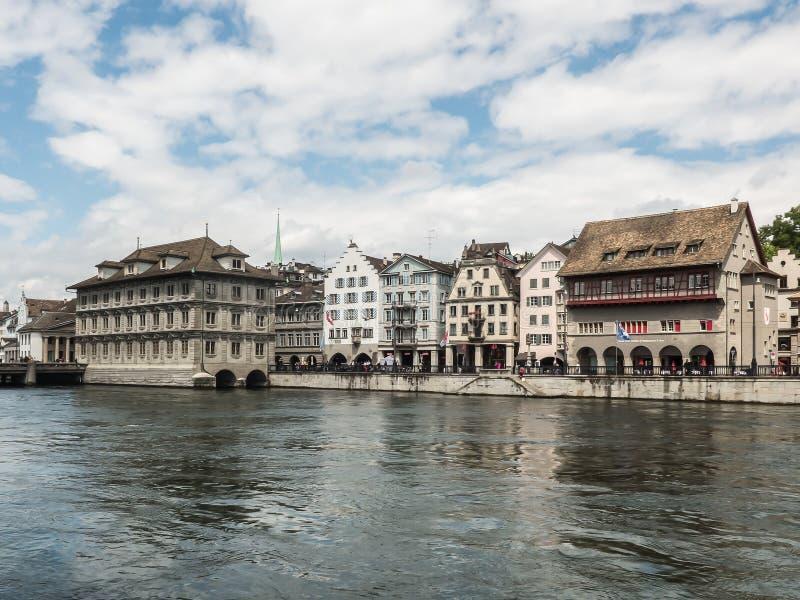Vecchie costruzioni al lungomare del fiume di Limmat nel centro urbano di Zurigo fotografie stock libere da diritti
