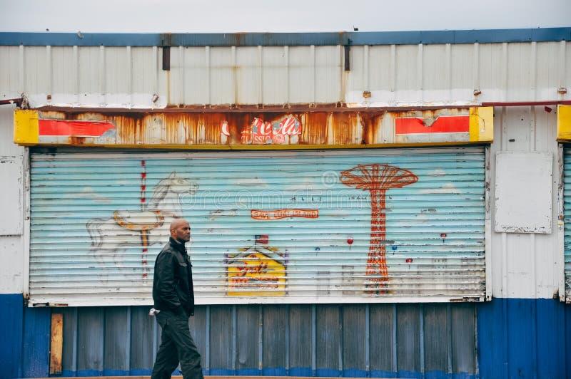 Vecchie costruzioni che arrugginiscono via in Coney Island fotografia stock libera da diritti