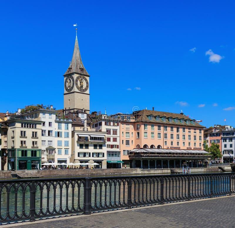 Vecchie costruzioni della città lungo il fiume di Limmmat a Zurigo, Svizzera immagini stock libere da diritti
