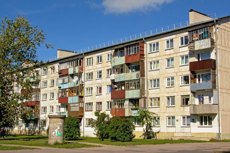 Vecchie costruzioni di appartamento sovietiche consumate in Karosta, Liepaja, Lettonia immagini stock libere da diritti
