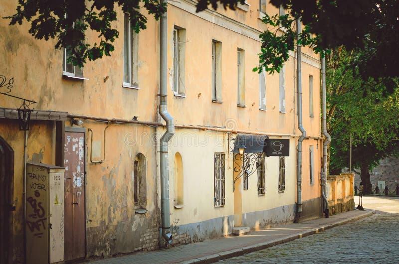 Vecchie costruzioni differenti in Città Vecchia La vecchia architettura di Vyborg fotografia stock libera da diritti