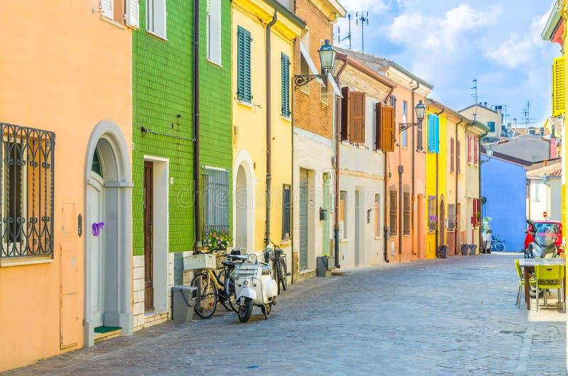 Vecchie costruzioni italiane tipiche con le pareti multicolori variopinte e case tradizionali a Rimini immagini stock libere da diritti
