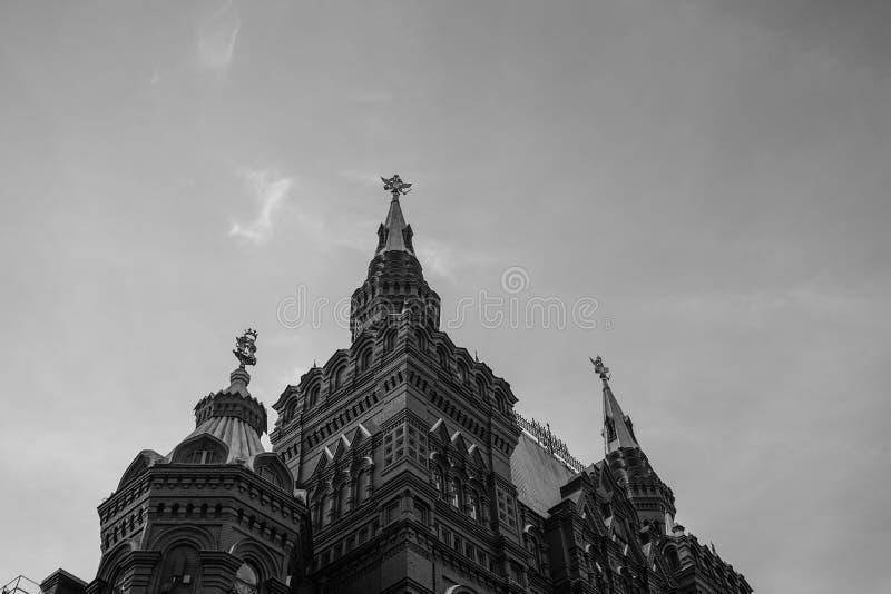 Vecchie costruzioni storiche della capitale della Russia in bianco e nero mosca fotografia stock
