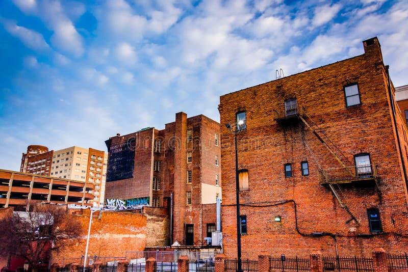 Vecchie costruzioni vicino al mercato di Lexington, a Baltimora, Maryland immagine stock