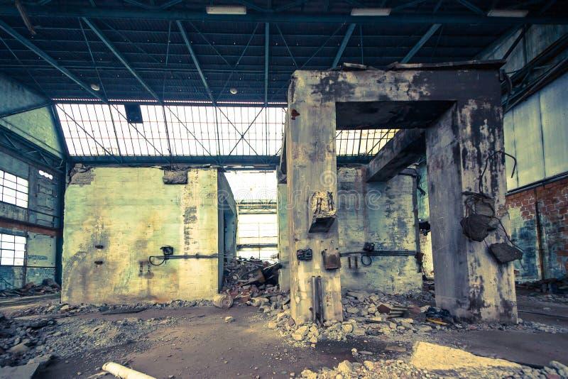 Vecchie e costruzioni concrete abbandonate fotografia stock