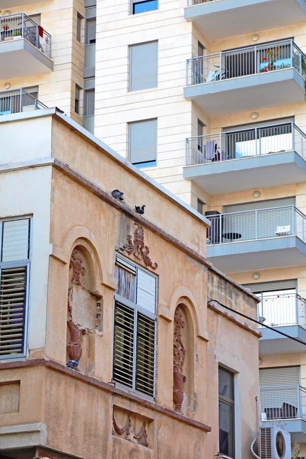 Vecchie e nuove case urbane fotografie stock