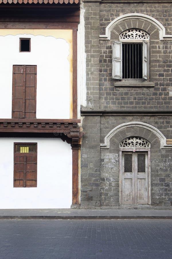 Vecchie e nuove finestre al contrario, Pune, maharashtra, India immagini stock libere da diritti