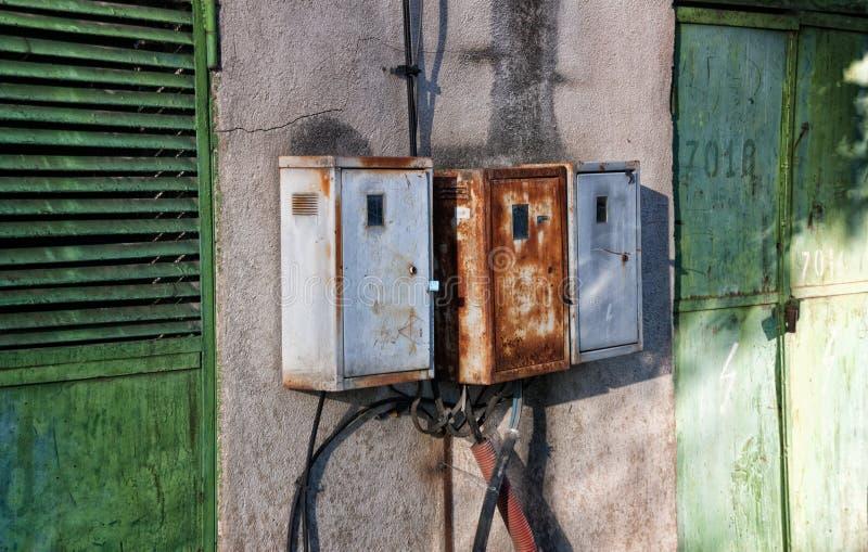 Vecchie e scatole arrugginite di elettricità immagine stock libera da diritti