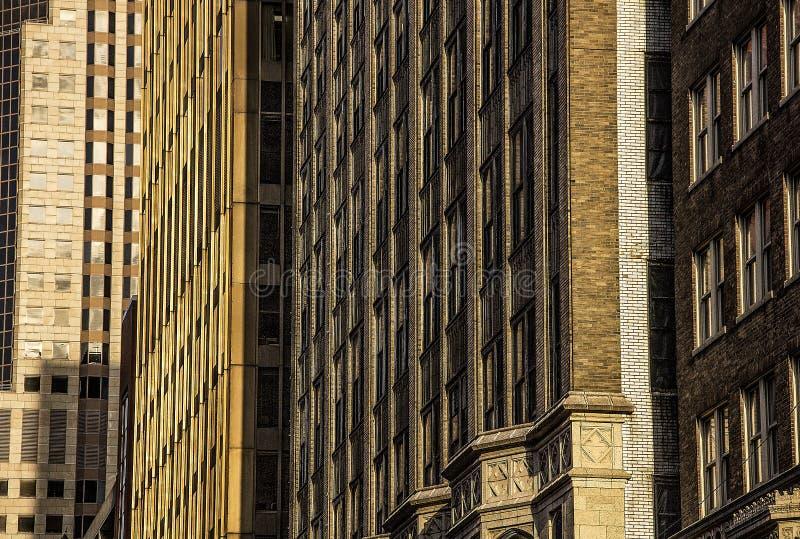 Vecchie 1900 facciate architettoniche pre-moderne dell'edificio per uffici della città del ` s, mattone, pietra, edificio per uff fotografia stock