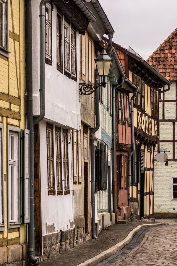Vecchie, facciate variopinte lungo una via del ciottolo in Quedlinburg immagine stock