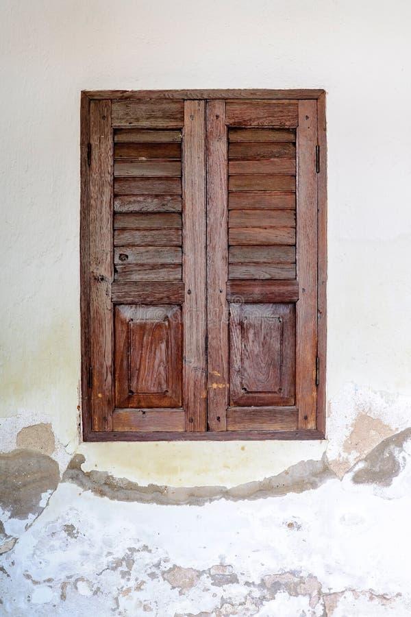 Vecchie finestre di legno immagine stock immagine di annata 33587081 - Finestre di legno ...